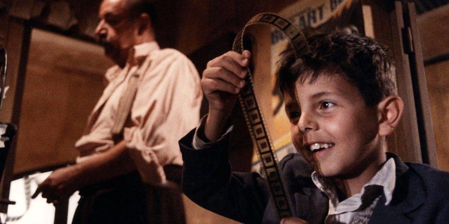 Cena do filme Cinema Paradiso (1988).