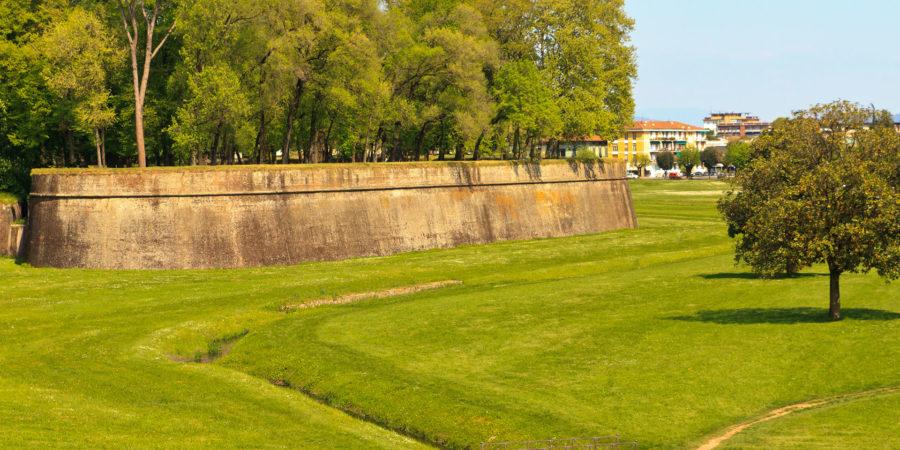 Lucca: cidade tem tem a muralha medieval mais bem preservada da Toscana |