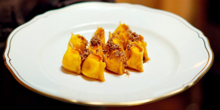 Ravioli de batata com molho e tartufo bianco