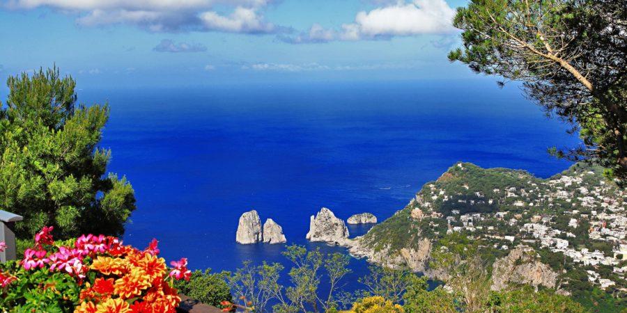 Vista dos Faraglioni em Capri.